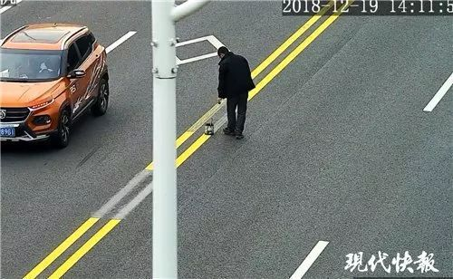 """又见P马路!男子上路""""画""""双黄线,一问原因,交警都笑懵了…"""