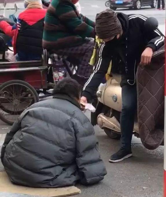 邯郸外卖小哥送餐途中遇无手流浪汉,买饼一口一口喂他