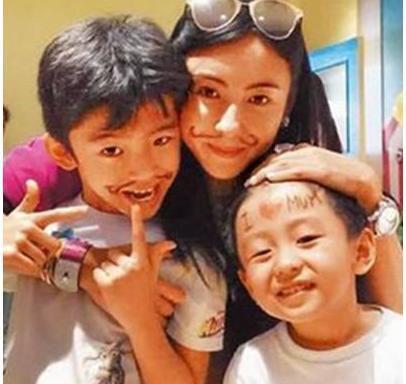 张柏芝生完三胎带儿旅游,两儿子已是翩翩美少年,谢霆锋基因强大