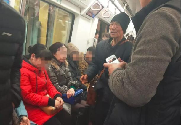 奇闻:六十岁大爷,地铁上突然跪在小姑娘面前叫妈妈,真相很尴尬