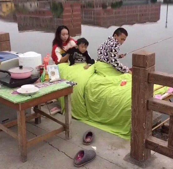 男子痴迷钓鱼,竟将家搬到了河边过起了日子,一日三餐睡全部……