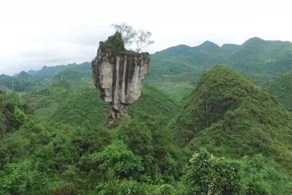 深山中遇到一怪石,屹立不倒,权威专家查阅后不淡定从容了
