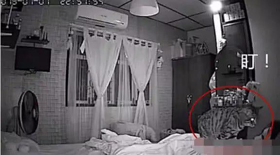 深夜睡觉时常常鬼压床,监控器安上以后,拍攝的这一镜头令人扎心了