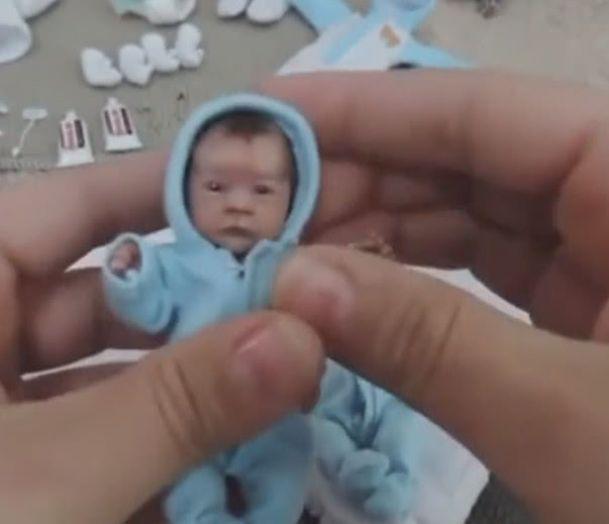 村子邻居一神奇妇女产下超袖珍版婴儿,附近乡亲们都赶去探望,看到袖珍宝宝后瞬间傻了
