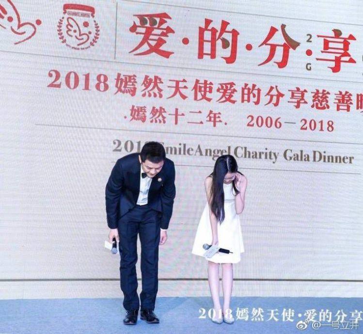 李亚鹏与女儿手牵手逛集市,李嫣身材高挑大长腿像王菲!