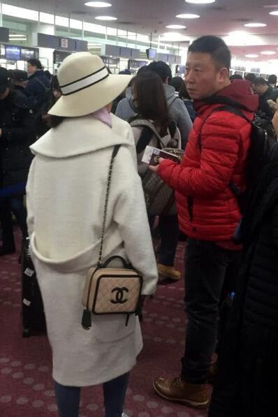 杨紫国外游玩又长壮实了?帽子显老引起所有人的注意