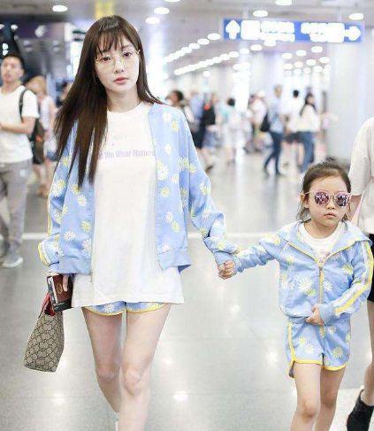 李小璐和甜馨又被偶遇,穿搭一次比一次低调,这次正脸都看不见