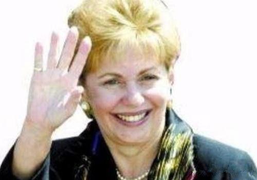 18岁邂逅63岁流亡总统,22岁成第一夫人,53岁成该国首位女总统