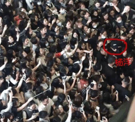 同为军艺校草,沈腾两个粉丝接机好可怜,而杨洋粉丝能把机场挤爆