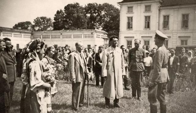 二战德军打乌克兰,只见人民全都出门夹道欢迎,看懵了进攻的士兵