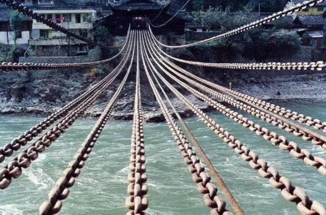 泸定桥铁索重达40吨,一万二千多个铁环,古人是如何架起来的