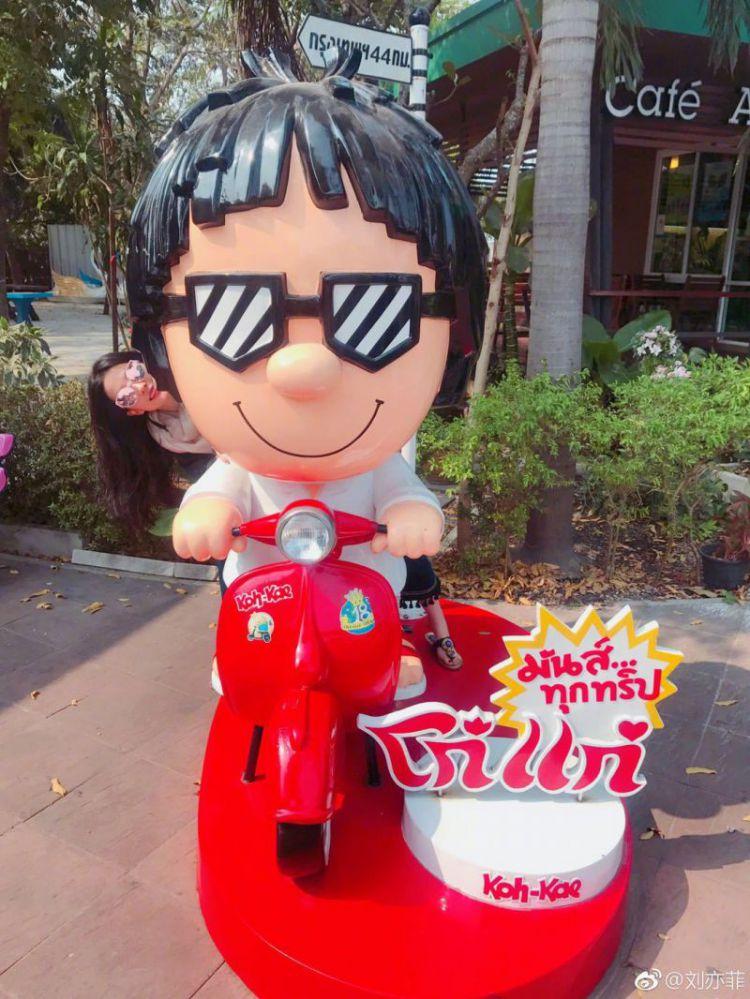 刘亦菲晒游客照美出新高度,小腿粗壮到不敢看!