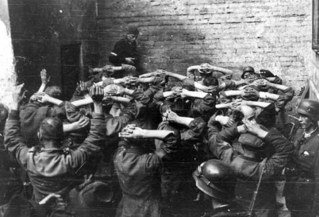 盟友遭德军屠城,苏军近在咫尺乐得看戏,事后美英却无话可说