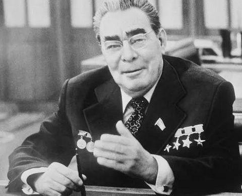 谁是苏联的掘墓人?斯大林?赫鲁晓夫?勃列日涅夫?戈尔巴乔夫?