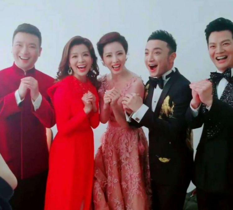 央视主持人李思思和老公秀恩爱,网友直言老公太神秘了!