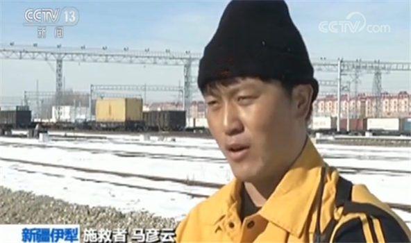 """新疆伊犁:危急时刻""""短袖哥""""寒冬勇救男童"""