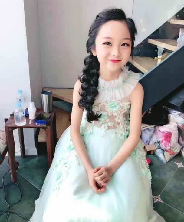 范冰冰8岁堂妹近照曝光,大眼神似范冰冰,被指浓妆艳抹太成熟?