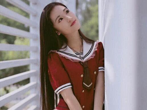 黄诗佳比翟天临还厉害,十三岁就考入上戏,还和迪丽热巴是同学
