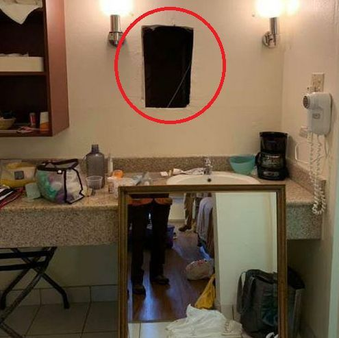 陌生女子声称拿错房卡走错房间,房客搬开镜子后,竟发现一黑漆漆洞口