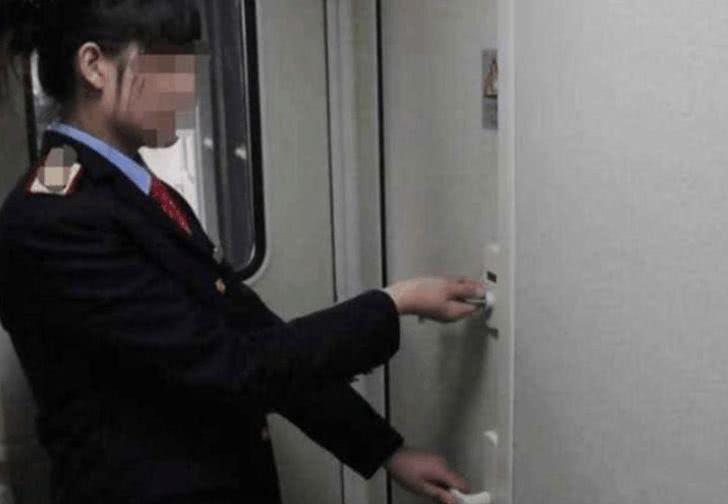 男子抱5岁孩子去火车厕所,列车员开门后湿了眼眶
