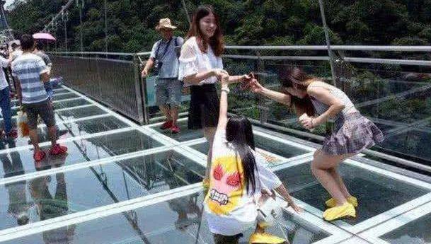 """张家界的玻璃桥,变成了""""走光桥"""",你们还敢去吗?"""