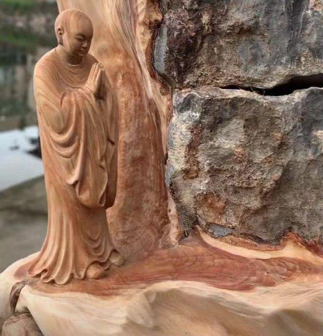 一长在石缝中的树根,被巧妙的雕刻成西游记中一经典场景