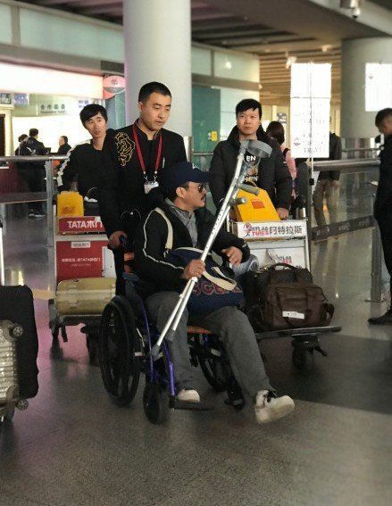 吴京拍新片腿部重伤,国外紧急治疗,网友:保重身体啊
