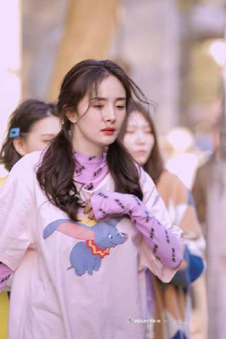 杨幂扎双马尾录节目被夸元气少女,但她却被自己这个表情出卖内心!