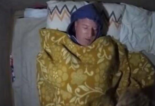 动物学家野外露营,半夜闯入一只花豹,后面一画面让人意外