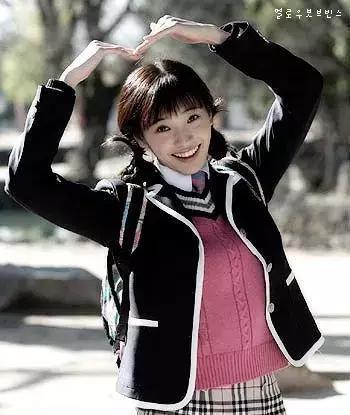 39岁韩彩英近照长卷发迷人表情有些僵硬,她婚后拼事业开始做美妆