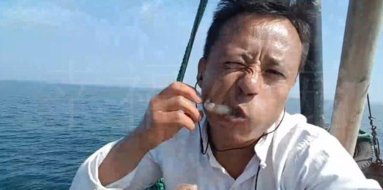 """男子户外直播,抓到的章鱼直接吃,下一秒的""""意外""""让他失控!"""