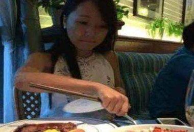 女子与游戏男友奔现吃饭,中间他说出去接个电话,结果女子后悔了