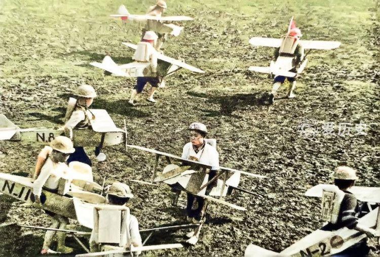 从小接受军国教育的日本儿童彩照把征服海外作为自己的梦想