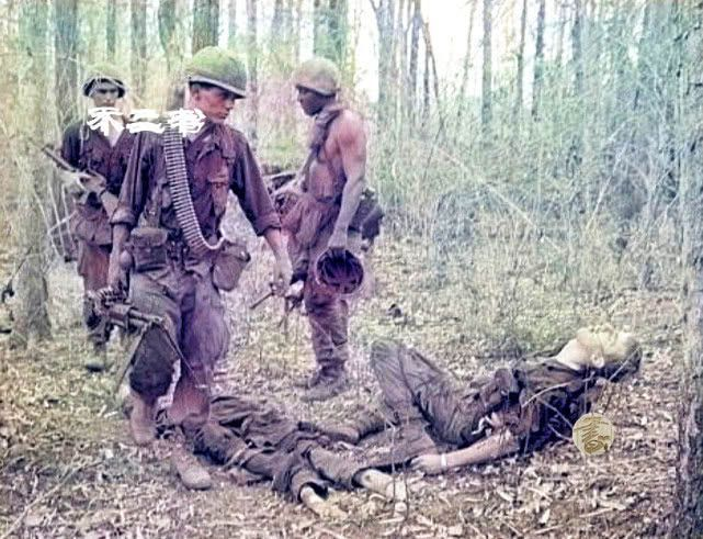 越战上色老照片:镜头下阵亡的美军士兵、平民被枪指着脑袋