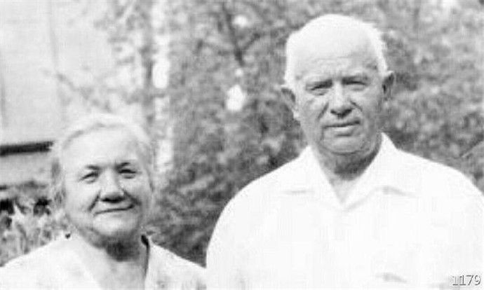 无奈退休的赫鲁晓夫,整日以泪洗面,但不久就成了普通退休老人