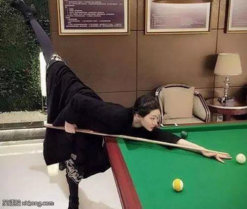 ►爆笑GIF趣图:妹子,放下吧!腿翘那么高,让别人看到多尴尬呀!