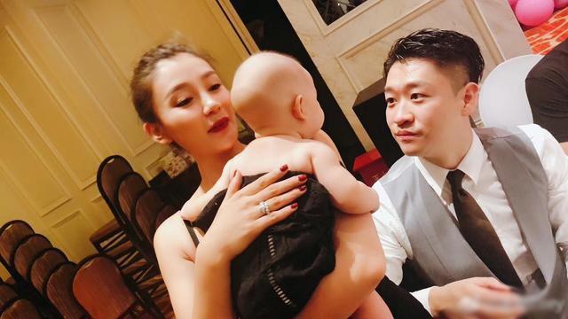 """唐菀与曹云金离婚后复出,晒""""流血""""收工照,惹1岁女儿心疼哭了"""