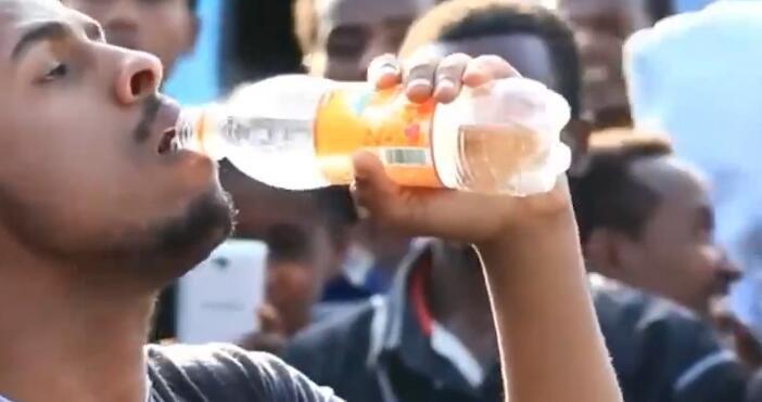 男子表演绝技,把喝下的水全部吐出来,让路人惊叹