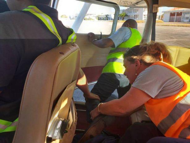 19岁剑桥女大学生从飞机上跃下,机组人员没拦住,跳下地点在荒野