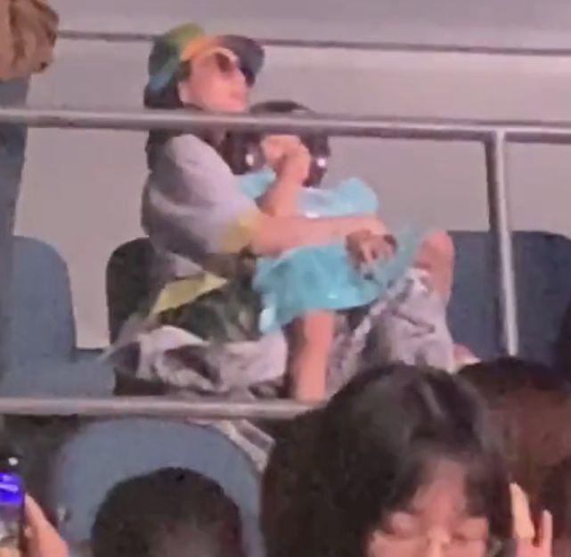 章子怡抱女儿现身汪峰澳门演唱会,终于看清楚她有没有怀二胎