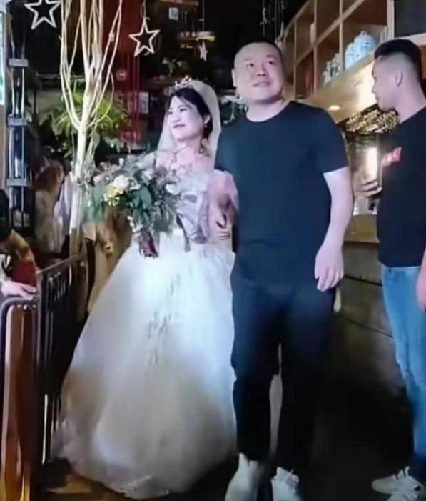 岳云鹏开豪车回河南参加姐姐婚礼,比草根明星王宝强回乡还气派