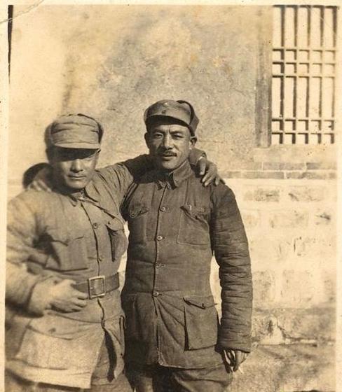 他参军不久便是师长,到建国后还是师长,授衔时获三枚一级勋章