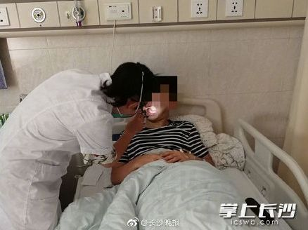 逗B奇闻丨这个吻有毒?22岁小伙和女友热吻后,发热干呕进了医院......