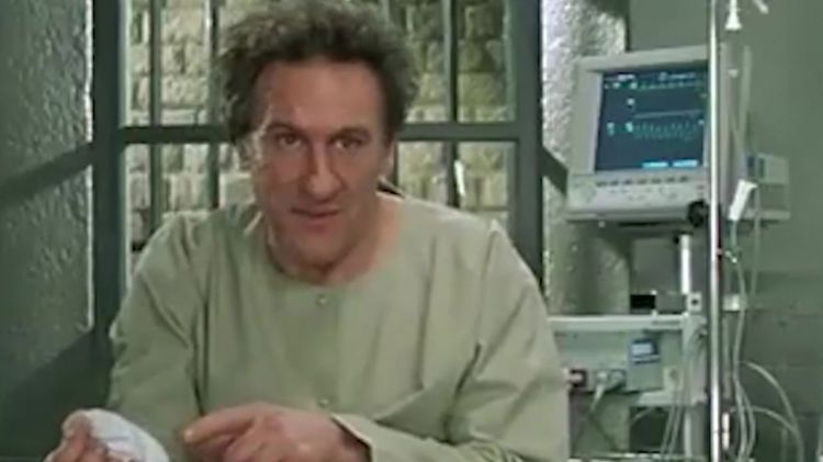 """男子脚上长一大包,疼痛无比医院检查后,发现体内藏有""""炸弹"""""""
