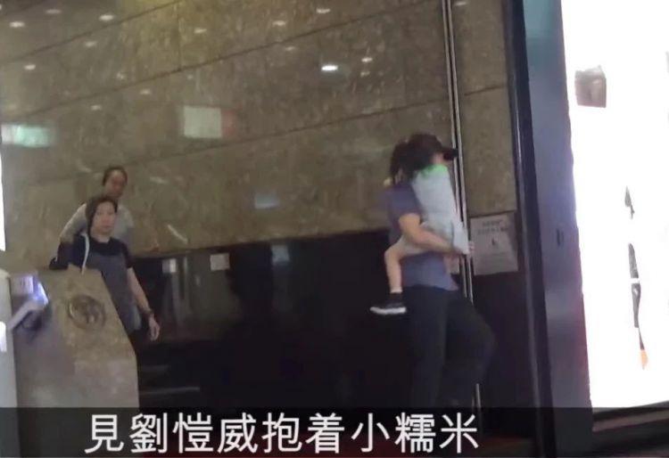 刘恺威带女儿逛街像住家男,女儿紧紧抱住爸爸,杨幂惨遇中年危机