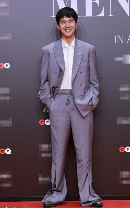蔡徐坤穿印花睡衣参加盛典,粉丝怼网友看不懂,还尬夸名牌价格贵