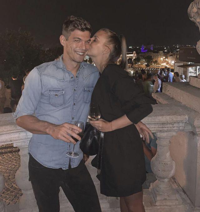 50岁邓文迪与23岁小男友彻底掰了,男方公开与漂亮新女友亲吻