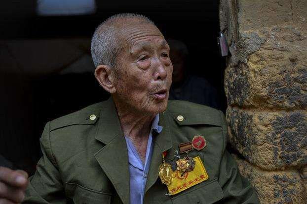 当年的抗日战士,山中生活六十年,下山第一句话:日军打到哪里了