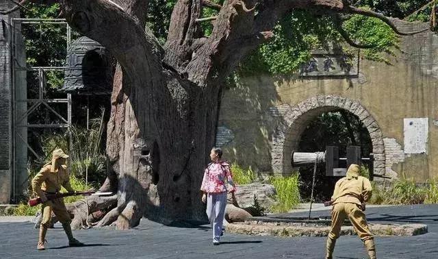 日本鬼子进村扫荡,抬头看见一块石碑,立马跪下磕头并撤出村子
