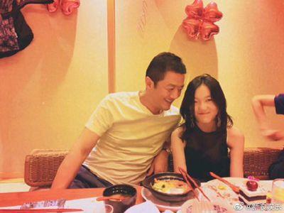 王菲女儿李嫣晒童年合影为李亚鹏庆生,扮鬼脸超可爱